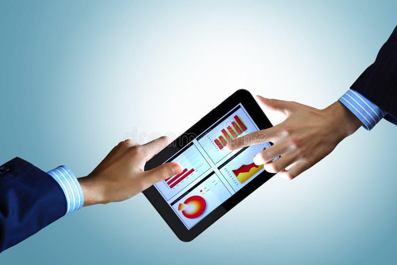 Moderne Computertechnologie im Geschäft stockfotografie