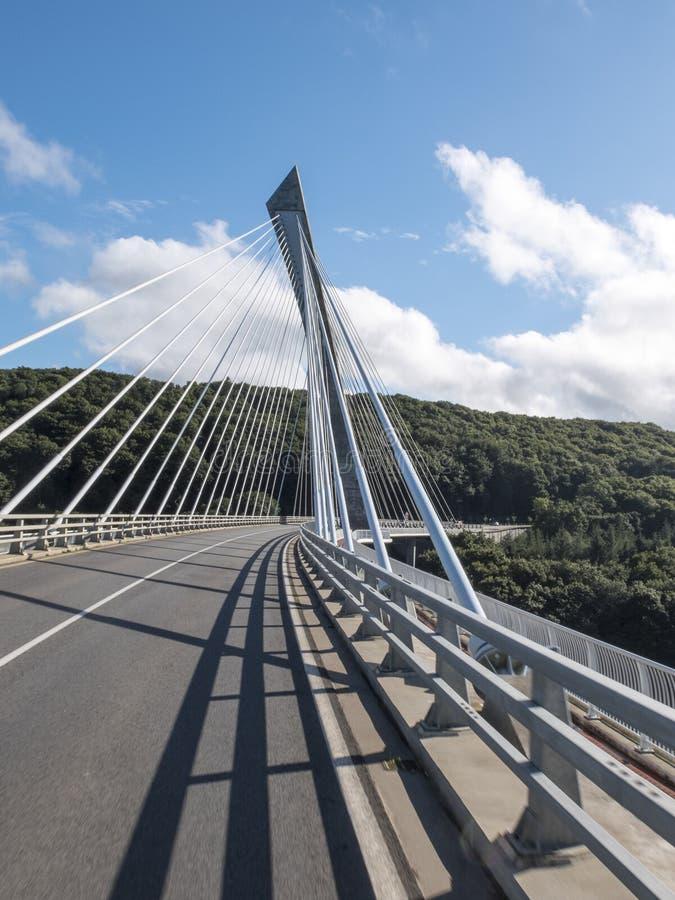 Moderne concrete brug die op de rivier Aulne in Bretagne wordt opgeschort royalty-vrije stock fotografie
