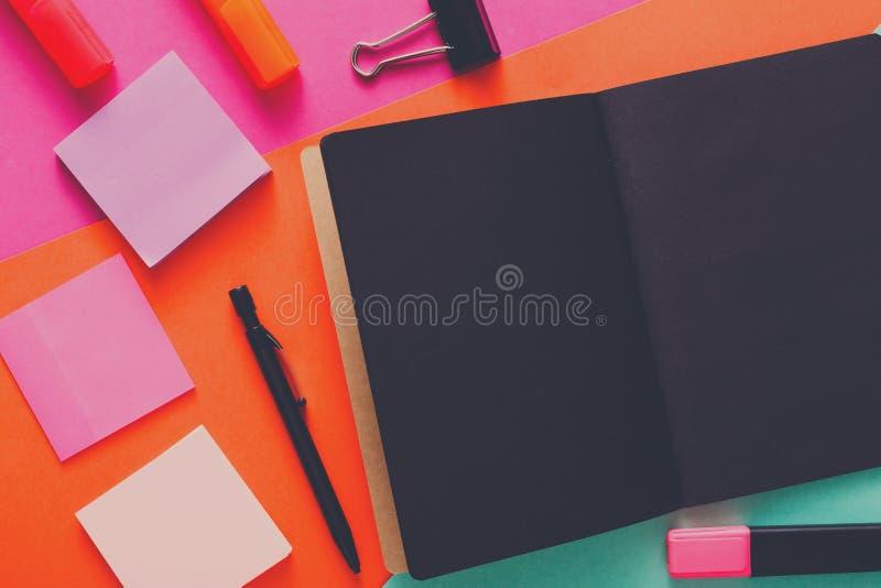 Moderne creatieve het werkruimte met modieuze zwarte blocnote stock afbeeldingen