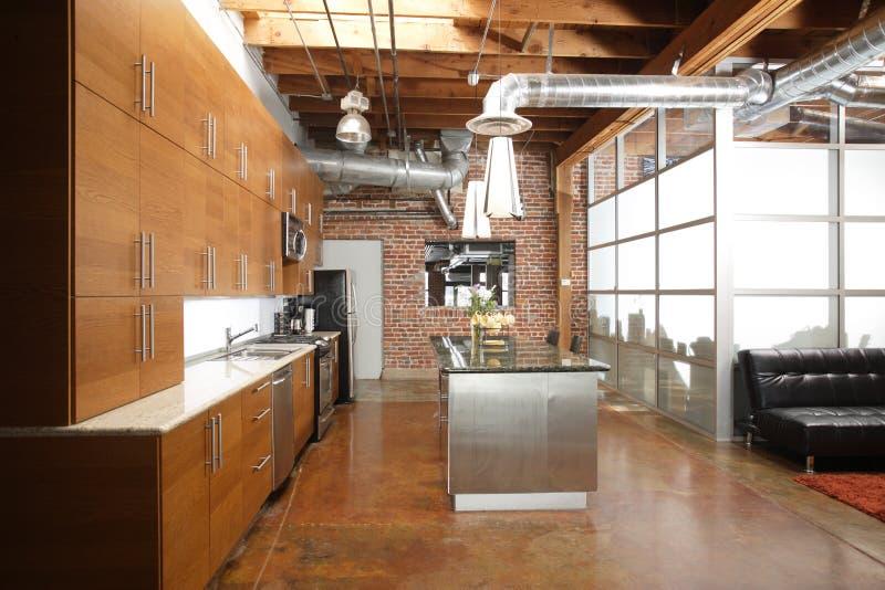 Moderne Dachbodenküche lizenzfreie stockbilder