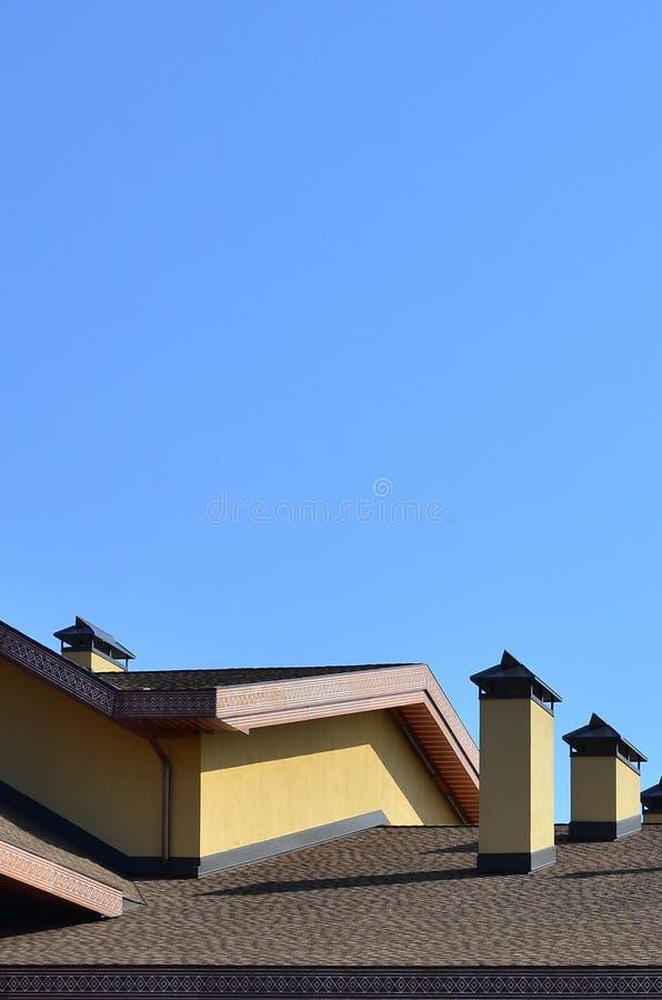 Moderne dakwerk en decoratie van schoorstenen Flexibele bitumen of leidakspanen De afwezigheid van corrosie en condensatie toe te stock fotografie