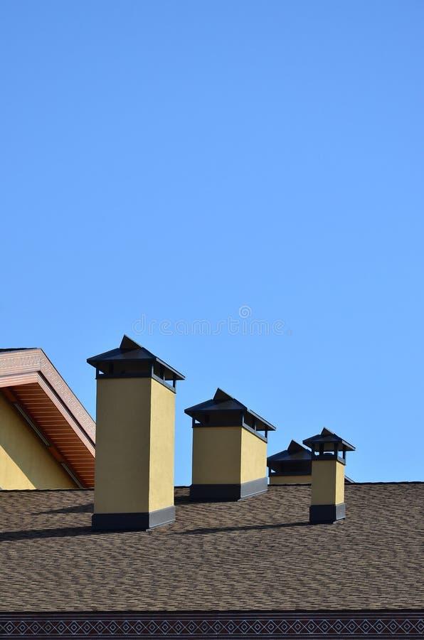 Moderne dakwerk en decoratie van schoorstenen Flexibele bitumen of leidakspanen De afwezigheid van corrosie en condensatie toe te royalty-vrije stock afbeeldingen