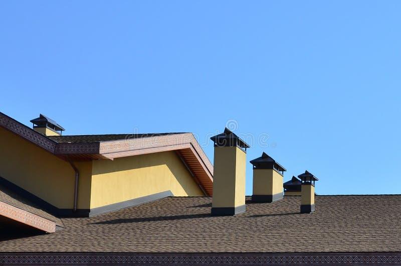Moderne dakwerk en decoratie van schoorstenen Flexibele bitumen of leidakspanen De afwezigheid van corrosie en condensatie toe te royalty-vrije stock foto's