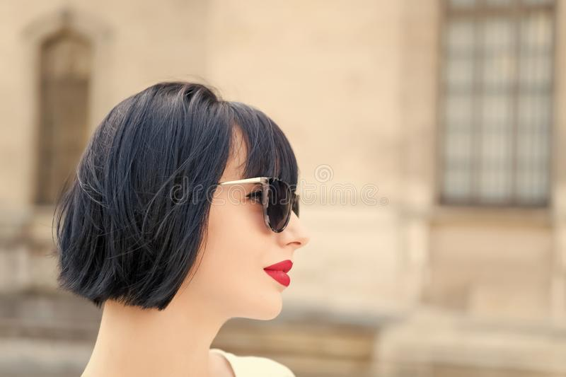 Moderne Dame des M?dchens mit st?dtischem Architekturhintergrund der Pendelfrisur im Freien Moderne Modellaufstellung der Frau im stockfotografie