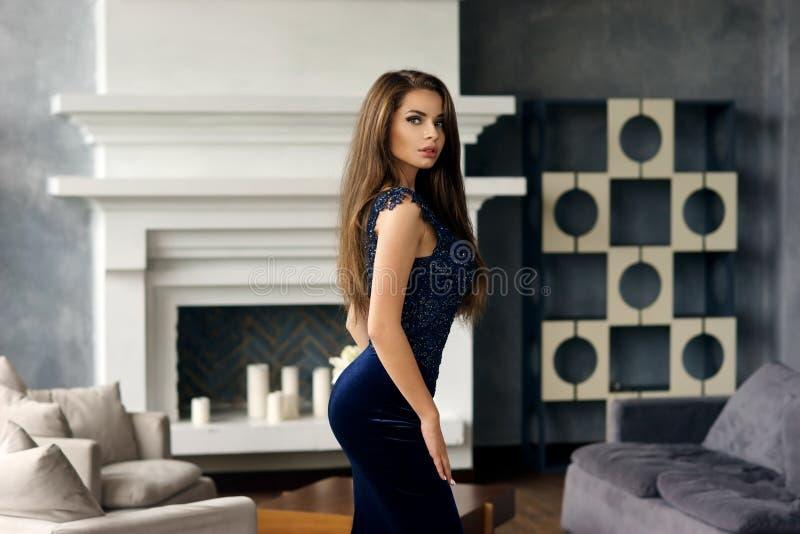 Moderne Dame im stilvollen Innenraum lizenzfreies stockbild