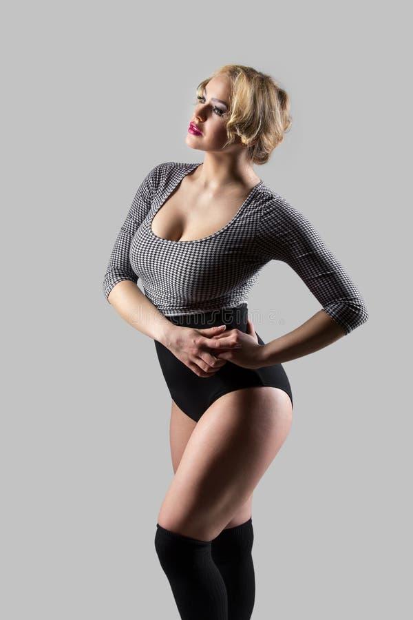 Moderne danser in uitstekend zwempak stock afbeelding