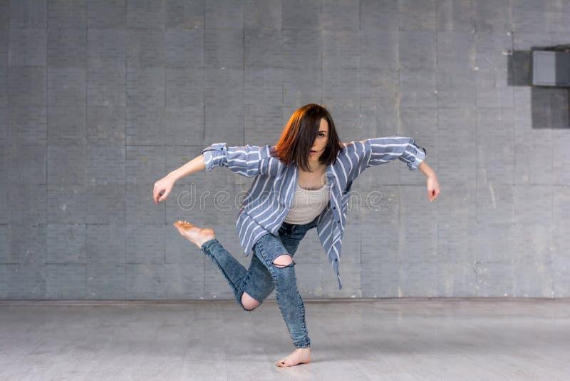 Moderne dansprestaties door jong meisje royalty-vrije stock afbeelding
