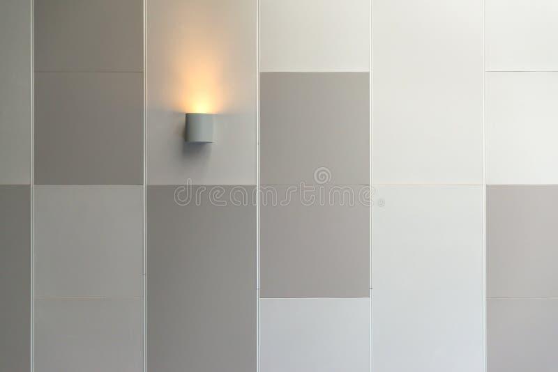 Moderne de binnenlandse verlichtingsdecoratie van de muurlamp in de eigentijdse bouw stock foto