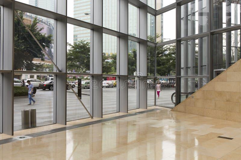 Moderne de bureaubouw zaal met glasmuur, staalkader, marmeren vloer; venstermuur, poort en hal in bureauruimte, wandelgalerij of  royalty-vrije stock fotografie