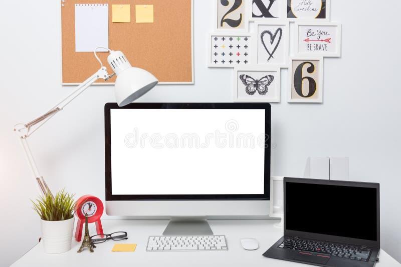 Moderne de computermonitor van het huisbureau royalty-vrije stock afbeelding
