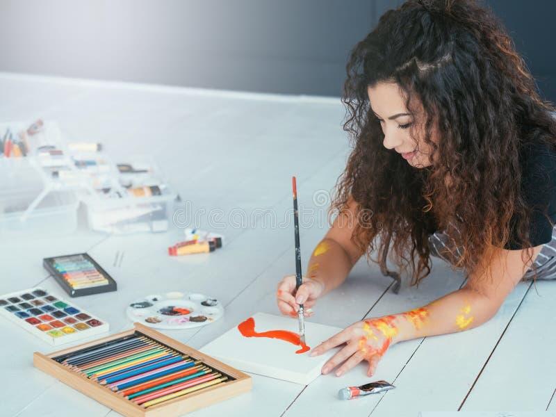 Moderne de dame van de kunsttherapie het schilderen waterverf stock afbeeldingen