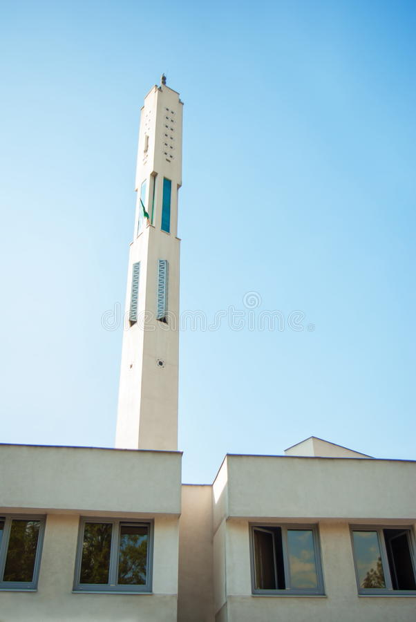 Moderne de minarettoren van de moskee Islamitische architectuur stock fotografie