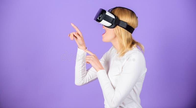Moderne de technologie vr hoofdtelefoon van het meisjesgebruik Onderzoek virtuele werkelijkheid Digitaal apparaat en moderne kans royalty-vrije stock afbeeldingen