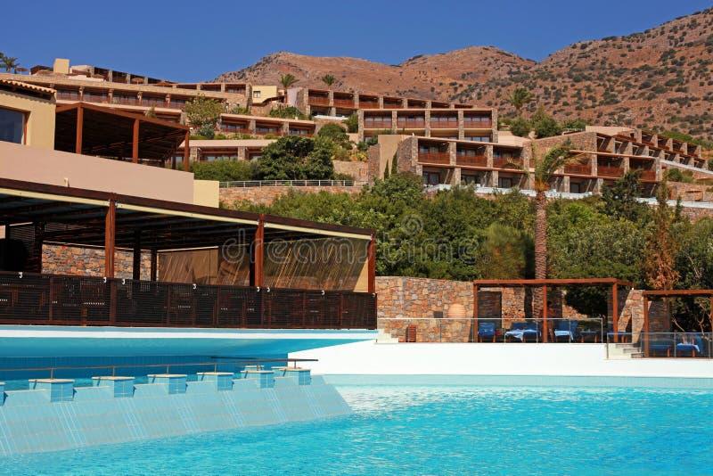 Moderne de zomer overzeese toevluchtvilla met zwembad (Kreta, Griekenland) stock afbeeldingen