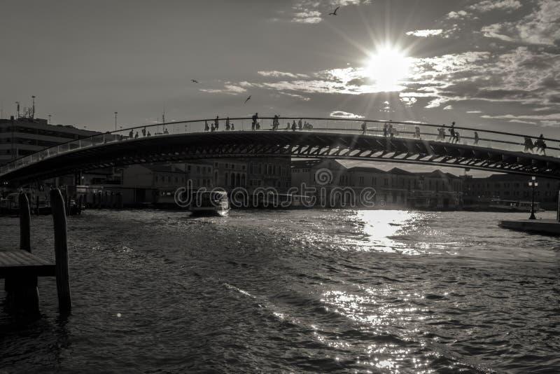 Moderne della Costituzione van Ponte van de Grondwetsbrug over zwart-wit Grand Canal, royalty-vrije stock afbeelding