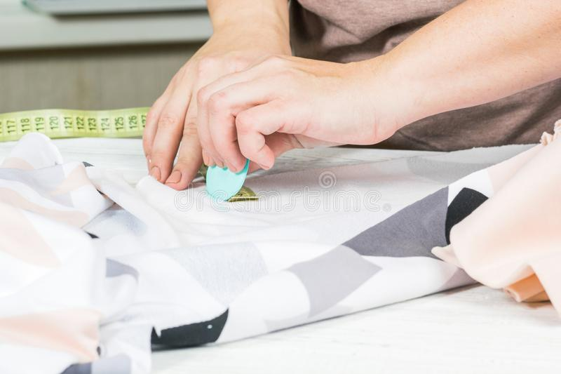 Moderne Designnahaufnahme Hände des Designers mit Kreide stockfotos