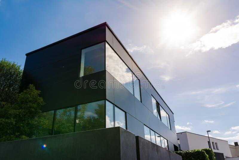 Moderne deutsche Architektur-geometrisches kleines Bürogebäude Sun F lizenzfreies stockfoto