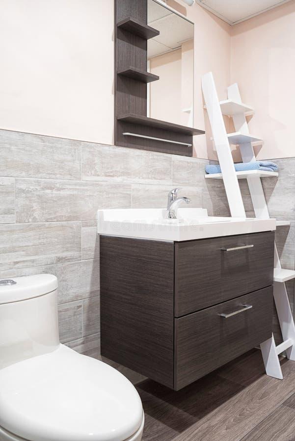 Moderne die badkamers met muur in ceramisch wordt behandeld royalty-vrije stock foto's