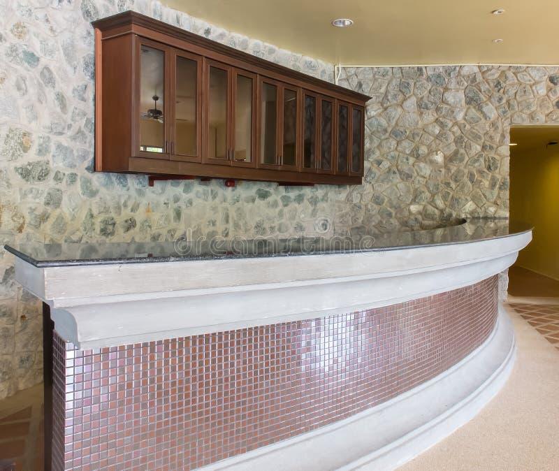 Moderne die Bar door Steen en Glanzende Tegel met Houten Plank op de Muur van de Achtergrond metselwerksteen Textuur wordt gemaak royalty-vrije stock foto's