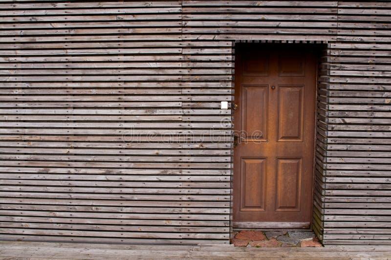Moderne die blokhuisvoorgevel van horizontale planken wordt gemaakt stock afbeeldingen