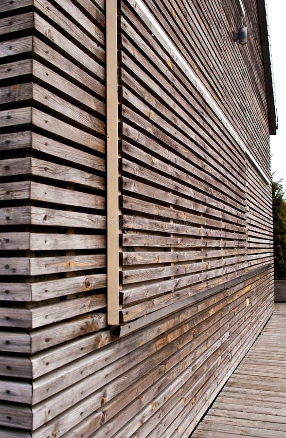 Moderne die blokhuisvoorgevel van horizontale planken wordt gemaakt stock foto's