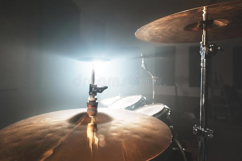Moderne die drumstel van close-up het Gouden klankbekkens op het spelen in een donkere repetitieruimte wordt voorbereid op stadiu royalty-vrije stock afbeeldingen
