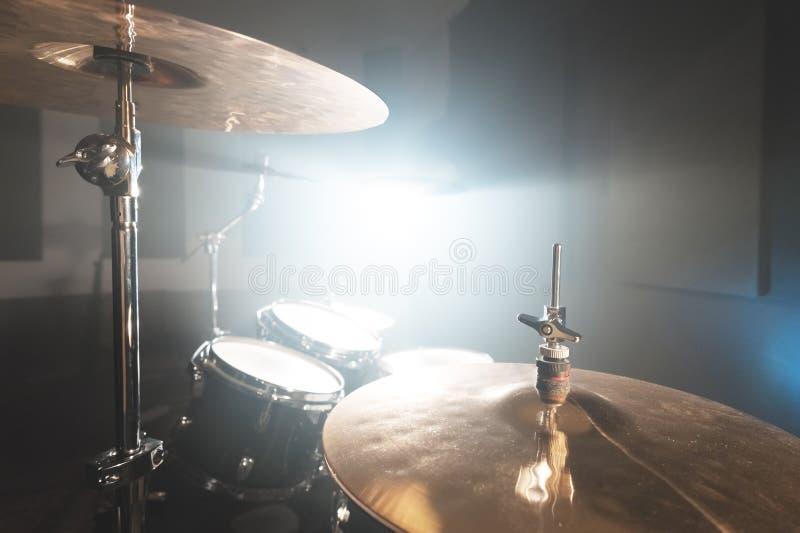 Moderne die drumstel van close-up het Gouden klankbekkens op het spelen in een donkere repetitieruimte wordt voorbereid op stadiu stock foto's