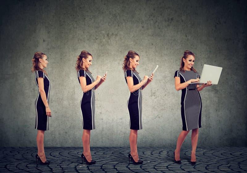 Moderne digitale apparaten en het concept van de technologievooruitgang Bedrijfsvrouw die mobiele telefoon, tablet en laptop comp royalty-vrije stock afbeeldingen