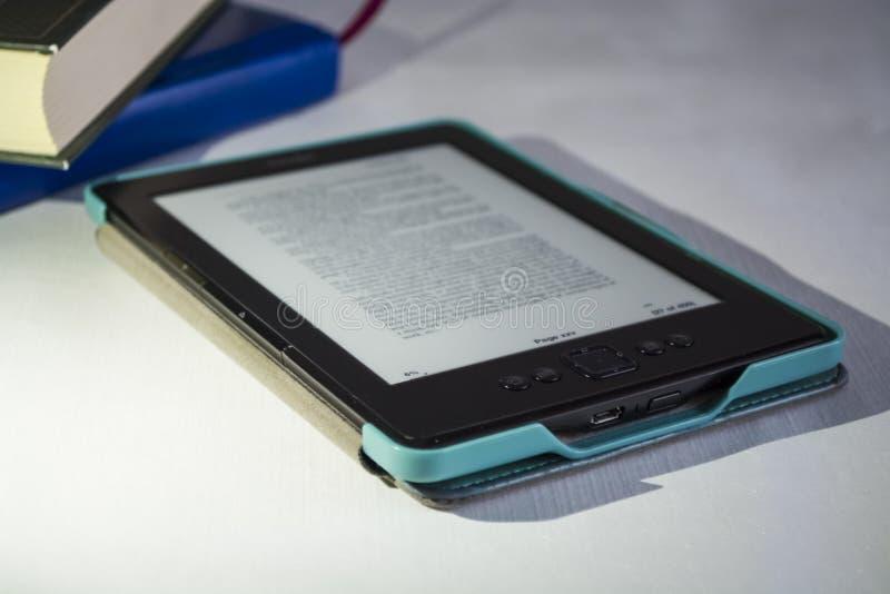 Moderne draagbare apparatuur De Engelse gedrukte tekst De gepubliceerde boeken en de e-book stock fotografie