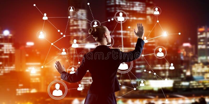 Moderne drahtlose Technologien und Vernetzung als Werkzeug für effektives Geschäft stockbild