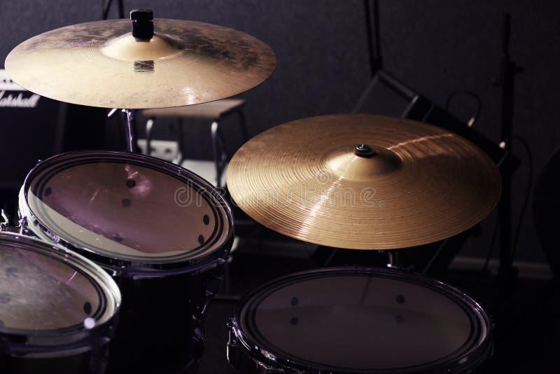 Moderne drumstel en klankbekkens stock foto's