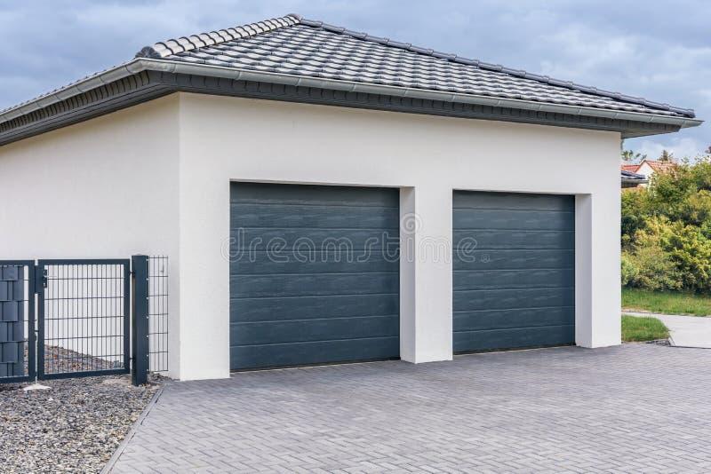 Moderne dubbele garage voor auto's royalty-vrije stock foto