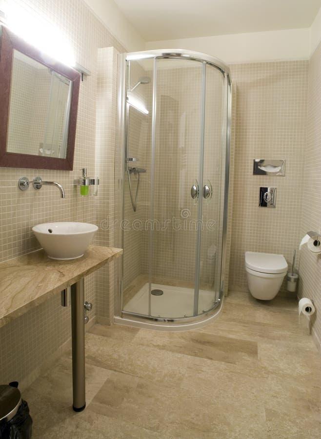 Moderne Dusche Und Toilette Stockbild - Bild von architektur, tür ...
