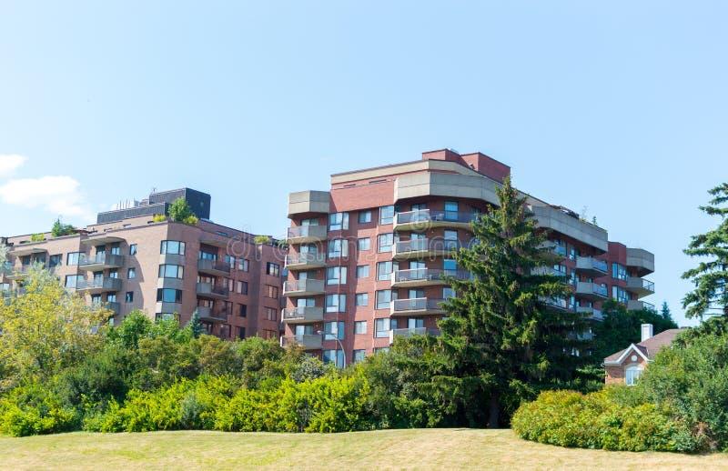 Moderne Eigentumswohnungsgebäude mit enormen Fenstern lizenzfreies stockfoto