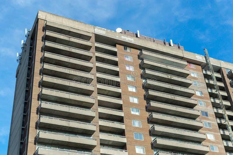 Moderne Eigentumswohnungsgebäude mit enormen Fenstern und Balkonen lizenzfreie stockbilder