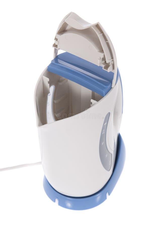 Moderne elektrische die ketel op wit wordt geïsoleerd? stock foto