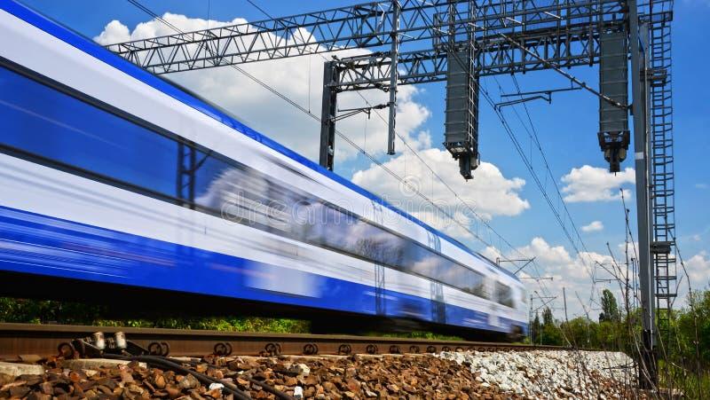 Moderne elektrische passagierstrein die zich op volledige snelheid bewegen stock afbeeldingen