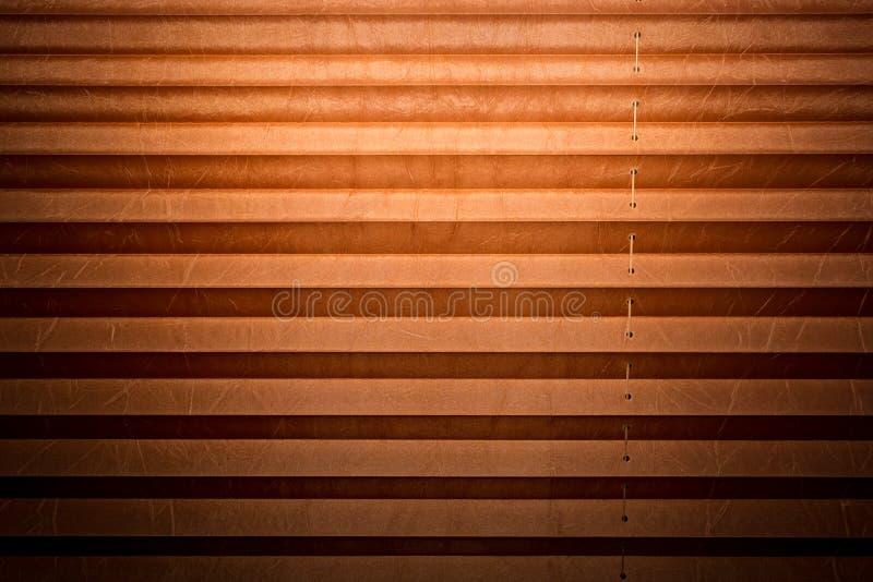 Moderne en bruine geplooide zonneblinden, textuur met schaduwen royalty-vrije stock afbeeldingen