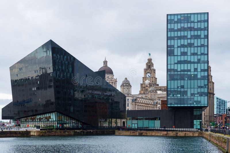 Moderne en klassieke architectuur bij de Dokken van Liverpool, Haven van Liverpool, laat op een bewolkte middag royalty-vrije stock foto's