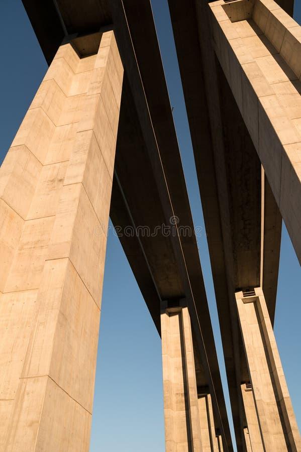 Moderne en nieuwe die brug van beton wordt gemaakt stock afbeelding