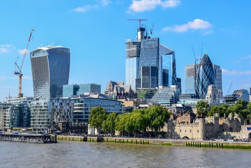Moderne en Oude Gebouwen in Cityscape van Londen die van Torenbrug wordt bekeken royalty-vrije stock foto's