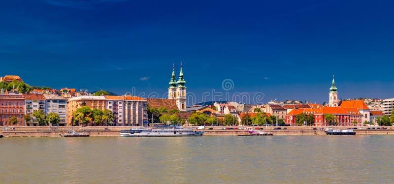 Moderne en oude gebouwen op de Rivier van Donau stock afbeelding