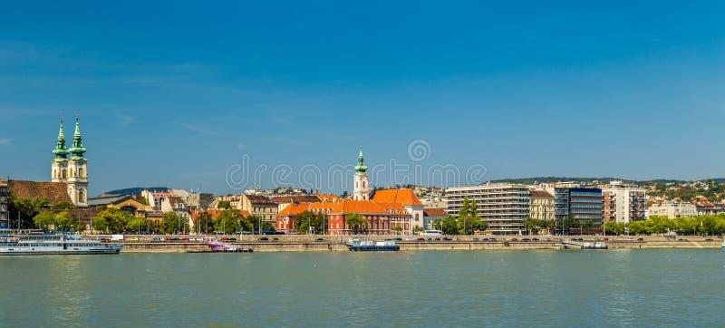 Moderne en oude gebouwen op de Rivier van Donau royalty-vrije stock foto