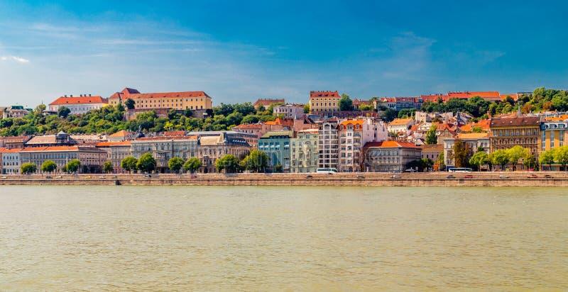 Moderne en oude gebouwen op de Rivier van Donau stock afbeeldingen