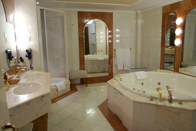 Moderne en ruime badkamers stock afbeeldingen