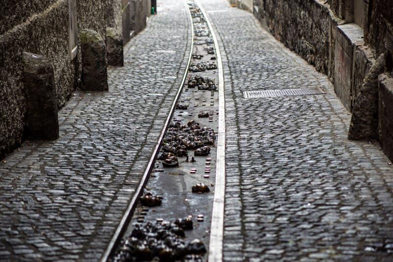 Moderne en stedelijke waterafvoerkanaal of sloot op de straat De goten in elke stad, dalen naar de rivier royalty-vrije stock foto's