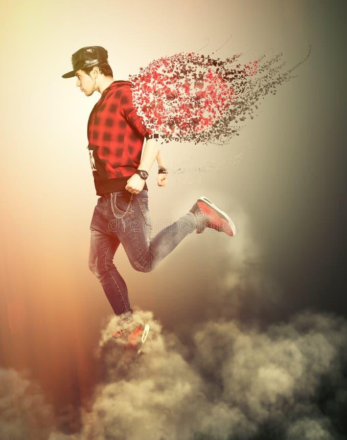 Moderne engelenjongen die met vleugels op de wolken lopen De jeugdmacht royalty-vrije stock foto's
