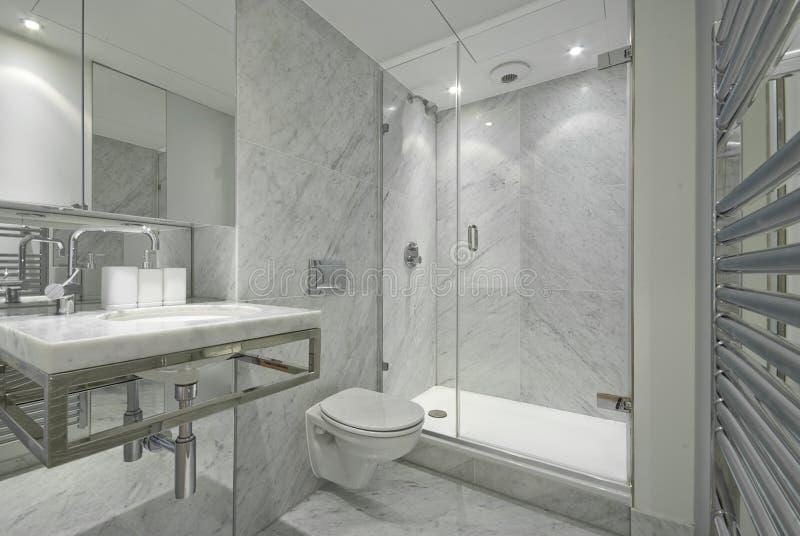 Moderne Engelse reeks marmeren badkamers in wit royalty-vrije stock afbeelding