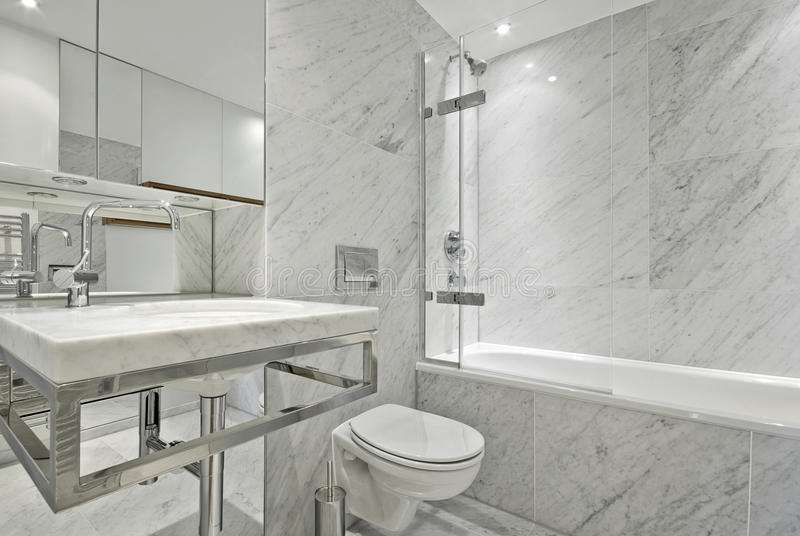 Moderne Engelse reeks marmeren badkamers in wit royalty-vrije stock afbeeldingen