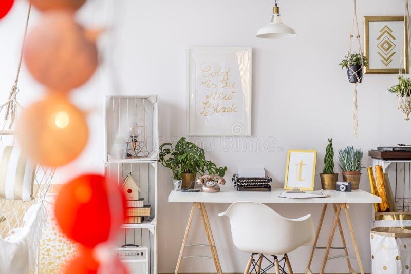 Moderne entworfene Wohnung stockbilder
